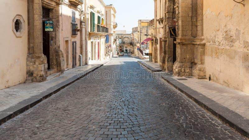 Gata via Rocco Pirri i den Noto staden i Sicilien fotografering för bildbyråer