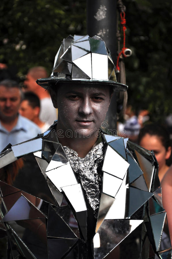 Gataaktör, bosatt staty i spegeldräkt fotografering för bildbyråer