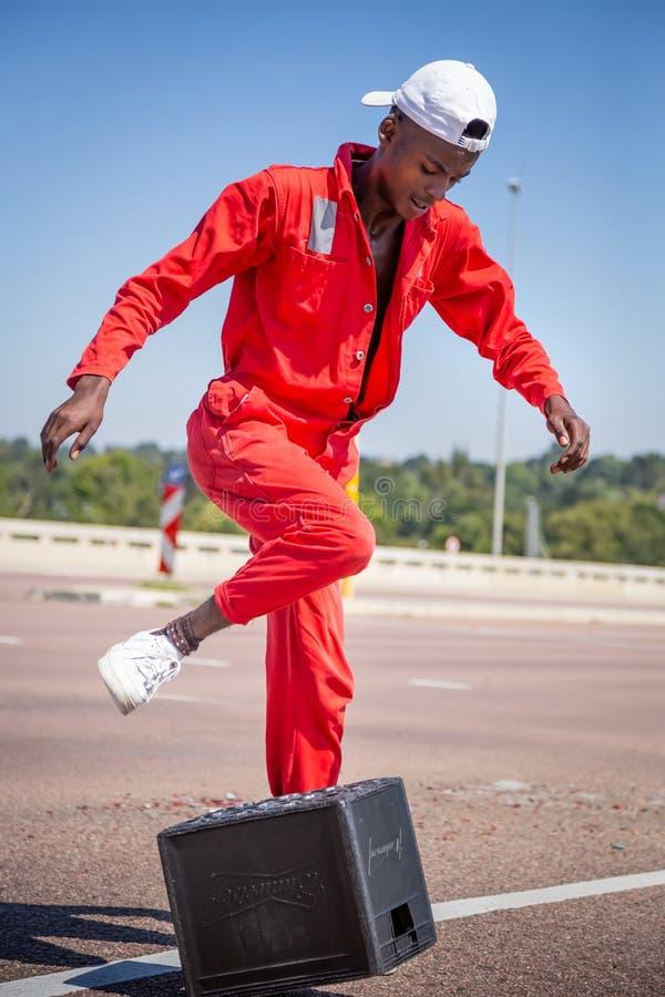 Gataaktördans med ölbacken arkivbilder