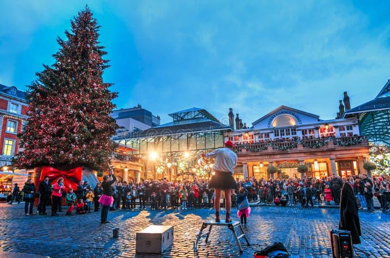 Gataaktörer och jul treen på Covent Garden, London, England, Förenade kungariket, Europa royaltyfri foto