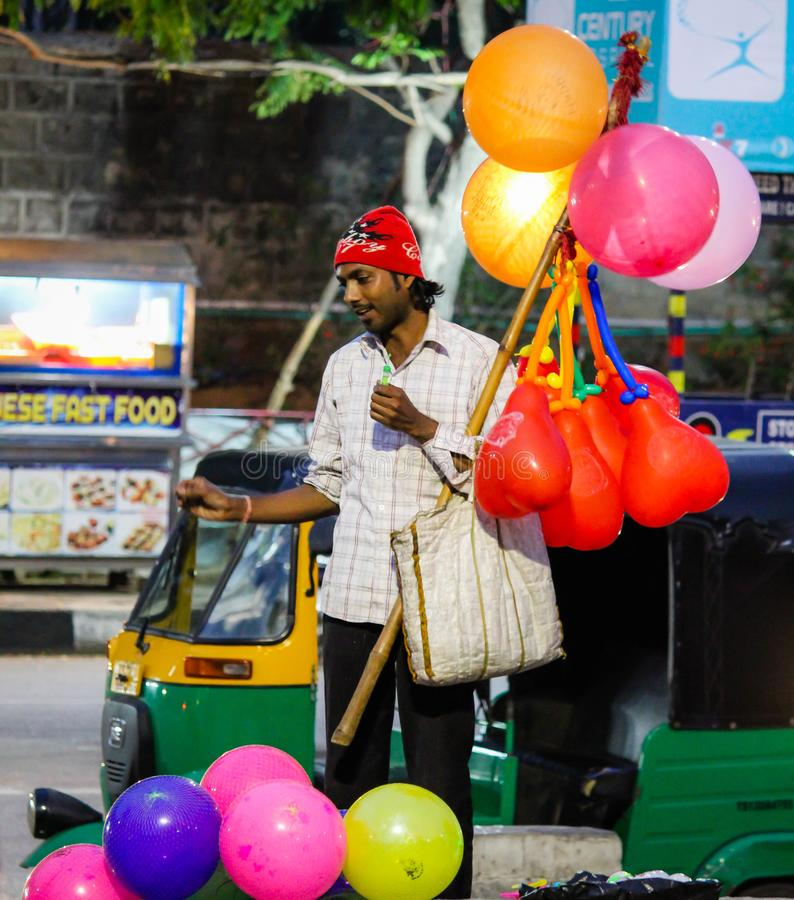 Gataballongsäljare på Jalavihar Hyderabad Indien royaltyfria bilder