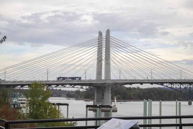 Gatabil som korsar Tilikum korsningen bro i Portland royaltyfria foton