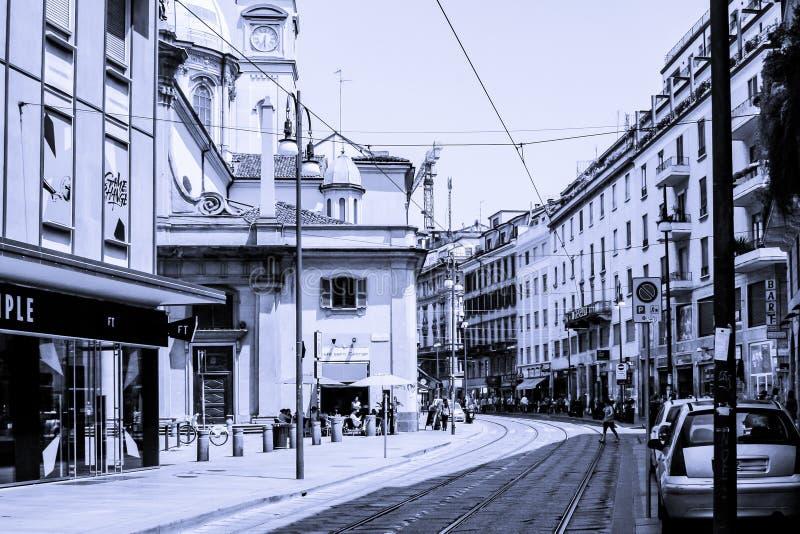 Gatabild i svartvitt med stänger fotografering för bildbyråer