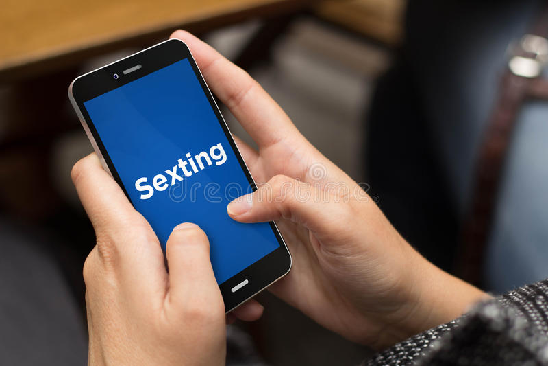 Gataflicka som sexting arkivbild