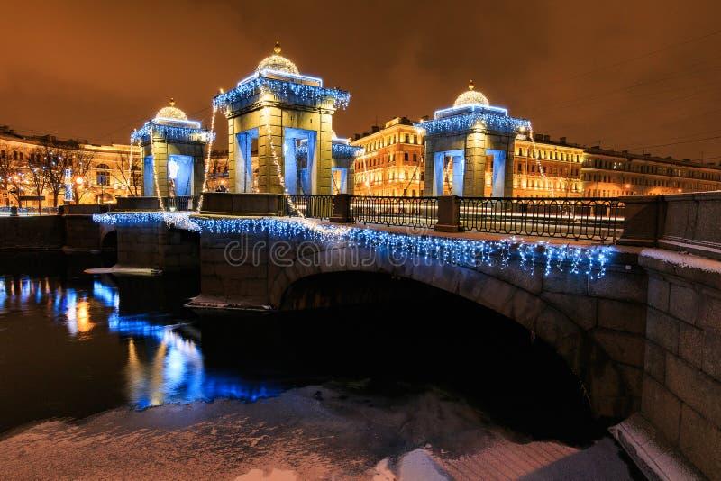 Gatagarnering för jul och för nytt år på bron med paviljonger med den lilla kupolformiga lock, ljus och floden, St Petersburg, Ry royaltyfria bilder