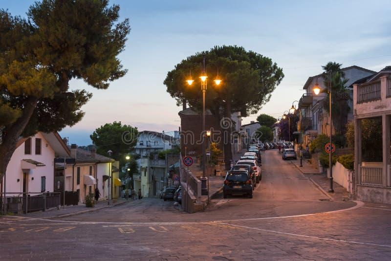 Gatahörn i aftonen Silvi Paese Italy royaltyfri fotografi