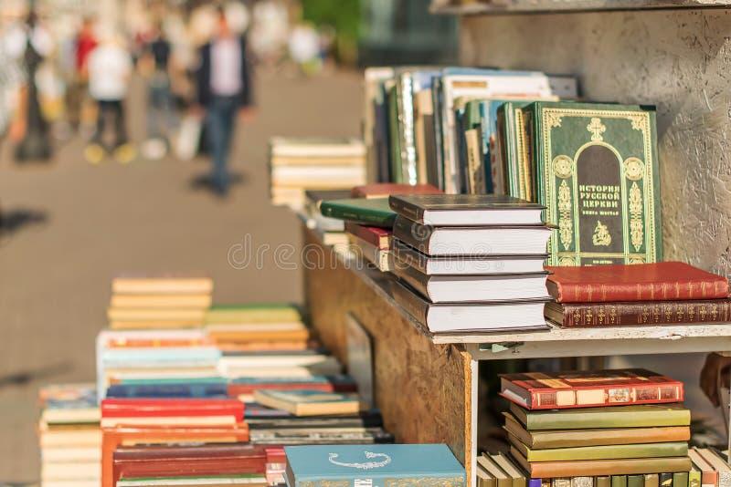 Gatahandel av böcker arkivfoto