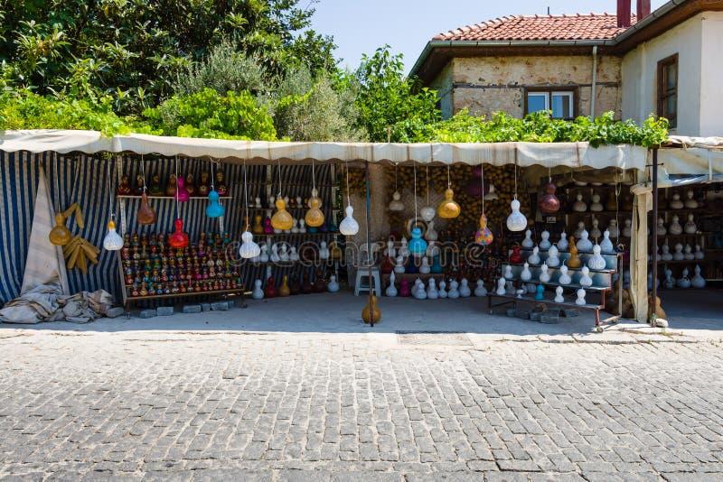 Gatahandel i traditionella turkiska kläder, souvenir och gåvor längs vägen royaltyfri bild