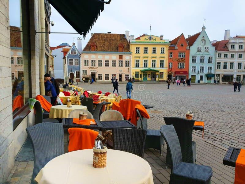 Gatakafé i gammal stad av det Tallin avkoppling och loppet till Europa på ferie fotografering för bildbyråer