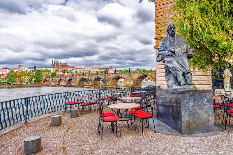 Gatakafé i Prague, Tjeckien royaltyfria foton