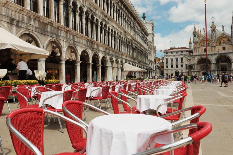Gatakafé på den fyrkantiga Sanen Marco Piazza i Venedig arkivbild