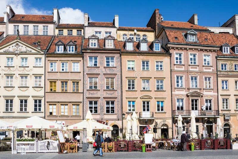 Gatakafé på den gamla staden Market Place Rynek Starego Miasta för Warszawa` s på en solig dag, som är th royaltyfri bild