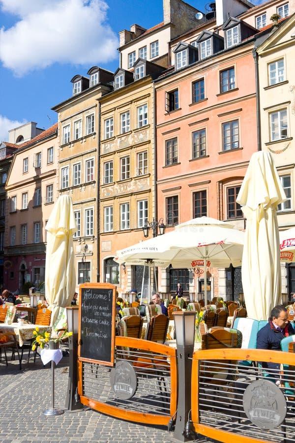 Gatakafé på den gamla staden Market Place Rynek Starego Miasta för Warszawa` s på den soliga dagen, som är mitten och den äldsta  arkivfoto