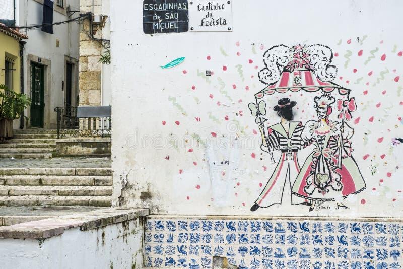 Gatakonst i det Alfama området i Lissabon royaltyfri bild