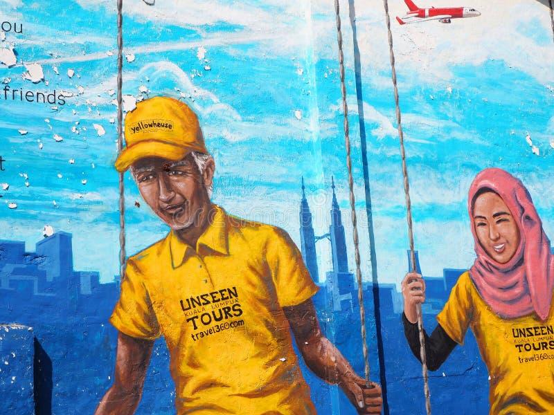 Gatakonst med lyckliga par framme av de Petronas tornen i Kuala Lumpur royaltyfri bild