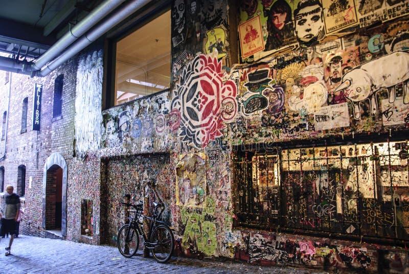 Gatakonst som postas i stolpegränd på väggen för gummi för marknad för pikställe royaltyfria bilder