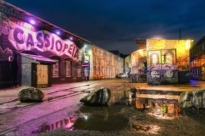 Gatakonstgrafitti i Berlin gator vid natt royaltyfria foton