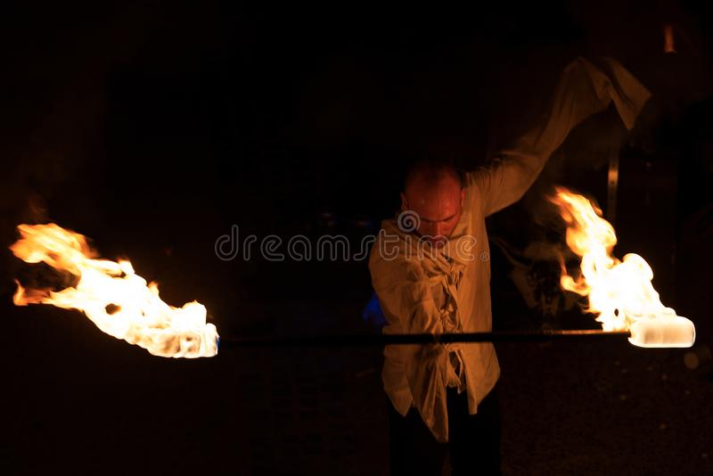 Gatakonstnär - brandkapacitet på natten arkivfoto