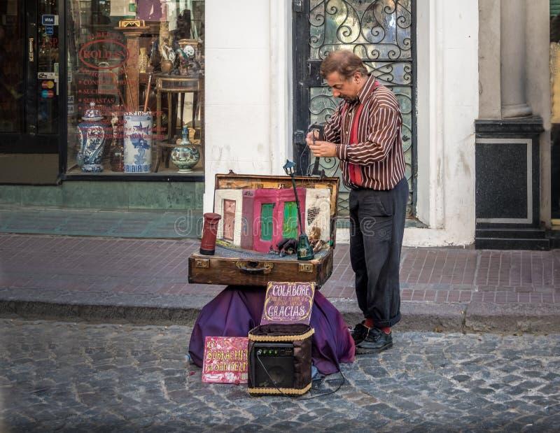 Gatakonstnär på den Feria de San Telmo San Telmo marknaden - Buenos Aires, Argentina royaltyfria bilder