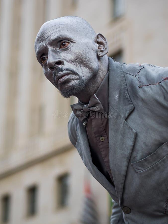 Gatakonstnär Performing som den bosatta statyn i Sao Paulo, Brasilien royaltyfri fotografi