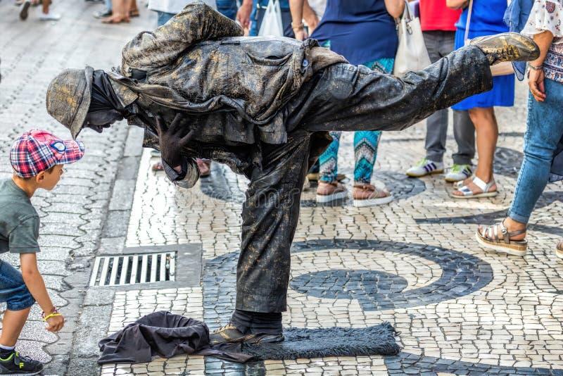 Gatakonstnär som utför som en bosatt staty` för `, fotografering för bildbyråer