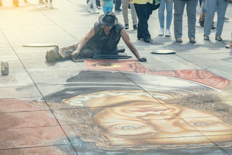 Gatakonstnären drar på trottoaren med krita 2 royaltyfri foto