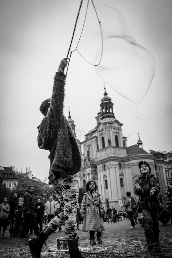 Gatakonstnären gör bubblatvål fotografering för bildbyråer