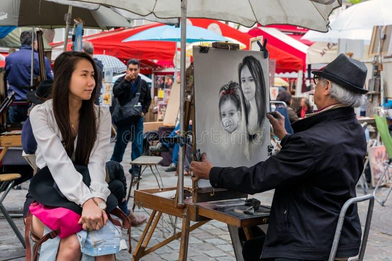 Gatakonstnären målar en kvinna i Montmartre, Paris royaltyfri fotografi