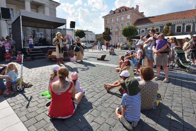 Gatakonstnärer i traditionell mässa för St Bartholomews royaltyfri bild
