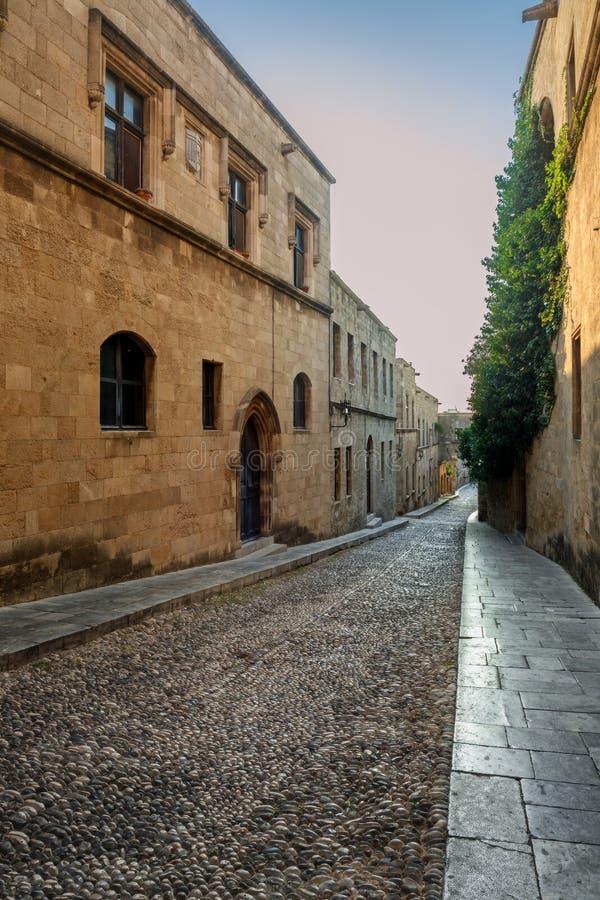 Gatakorsfararemorgon rhodes för forntida stadsdaggreece liggande solig vägg royaltyfria bilder