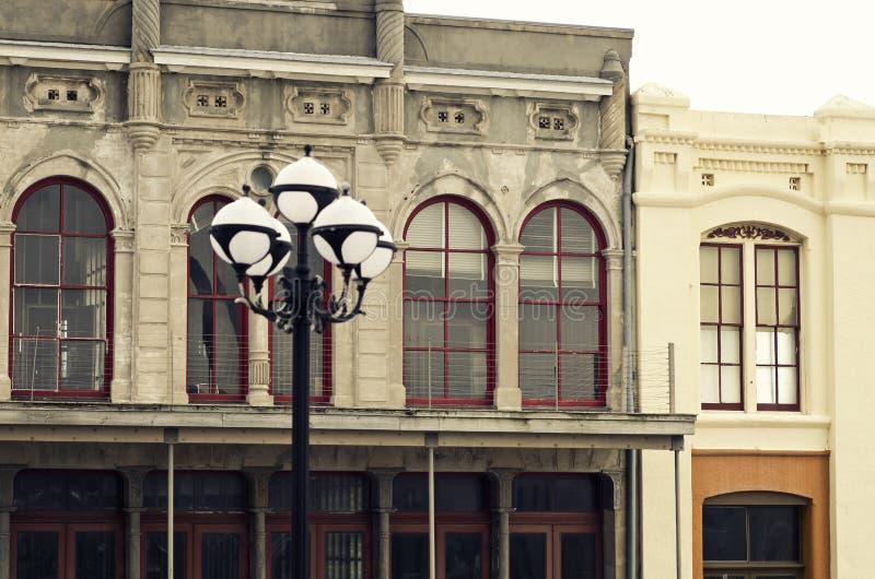 Gatalampa & historiska byggnader i i stadens centrum Galveston, Texas royaltyfria bilder