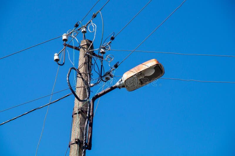 Gatalampa med trådar mot den blåa himlen fotografering för bildbyråer
