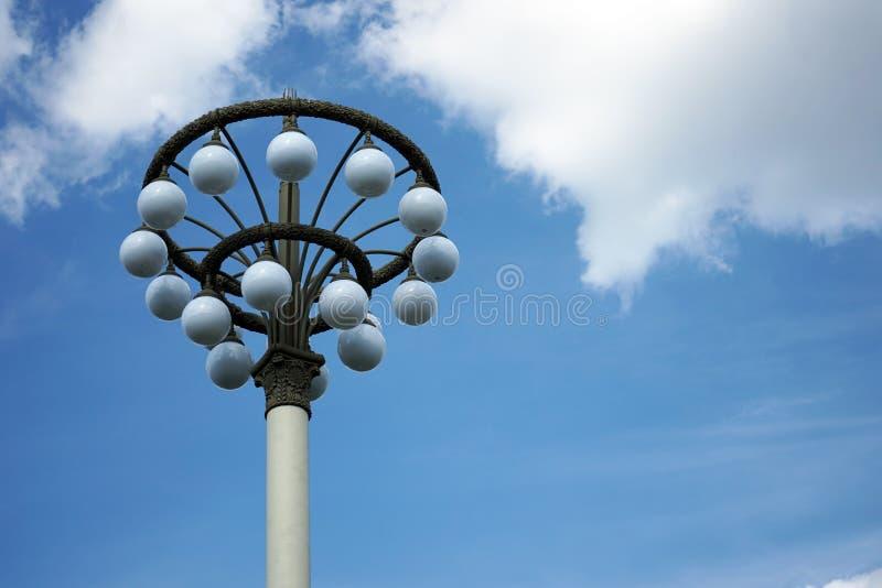 Gatalampa med vita runda skuggor på en bakgrund för blå himmel royaltyfri foto
