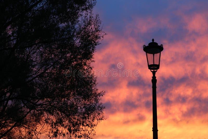 Gatalampa mot himlen på solnedgången arkivfoto