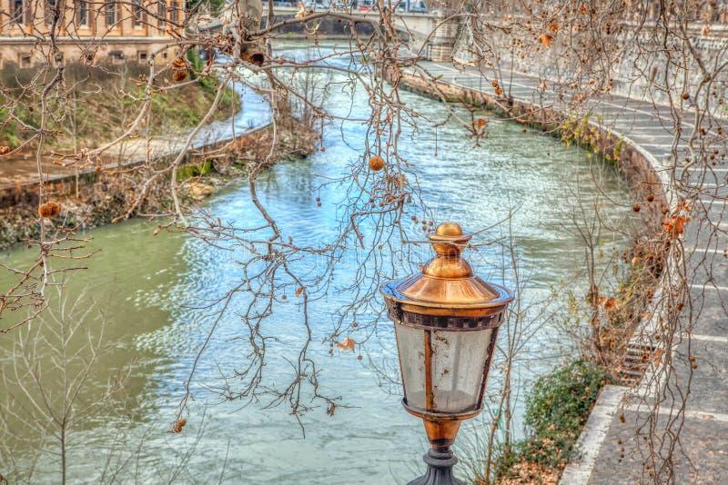 Gatalampa nära den Tiber floden fotografering för bildbyråer