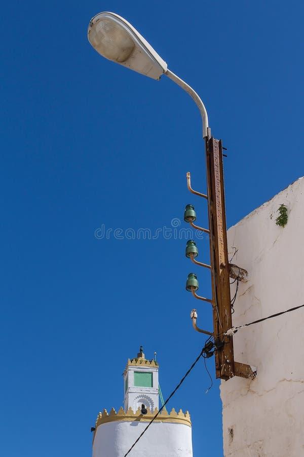 Gatalampa och ett torn av en moské arkivfoto