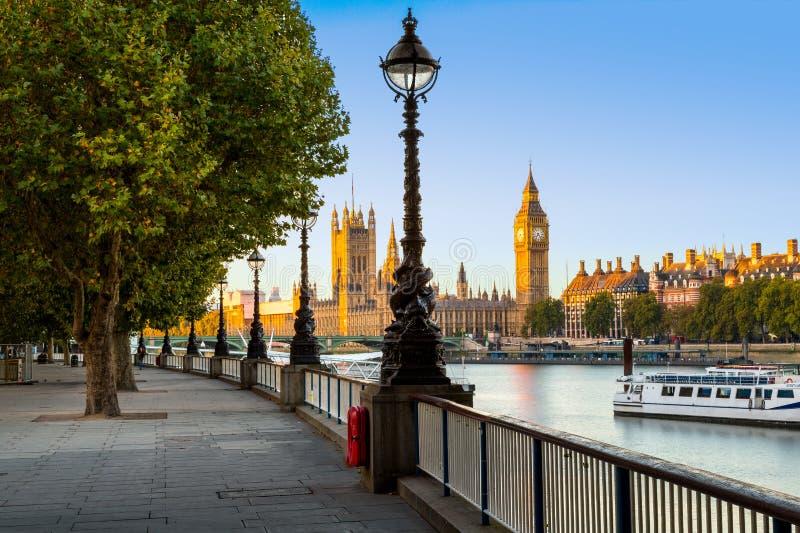 Gatalampa på den södra banken av flodThemsen med Big Ben och slott av Westminster i bakgrund, London, England, UK arkivfoton