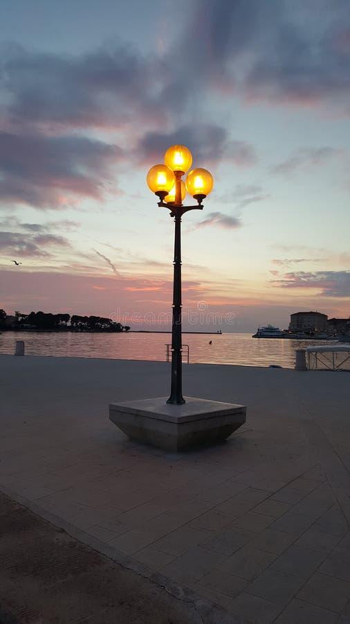 Gatalampa på solnedgången royaltyfria bilder