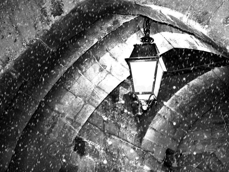 Gatalampa som uppifrån hänger av bågen royaltyfri fotografi