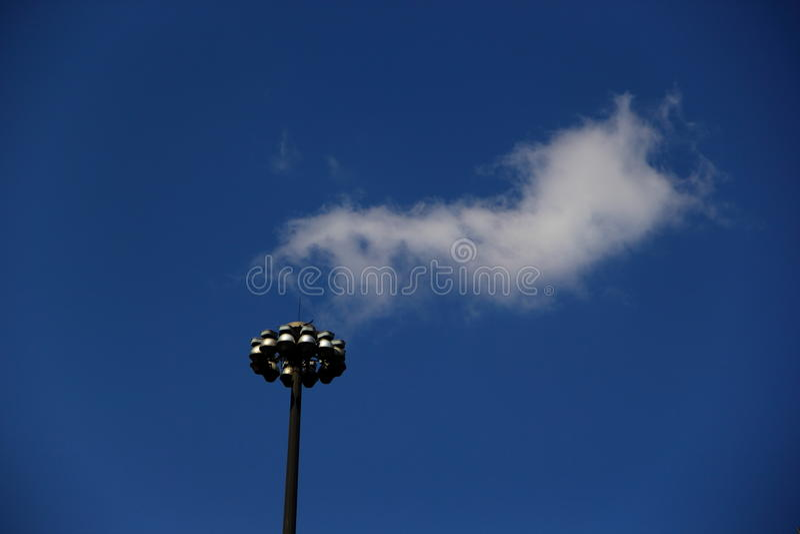 Gatalampa under molnet royaltyfri foto