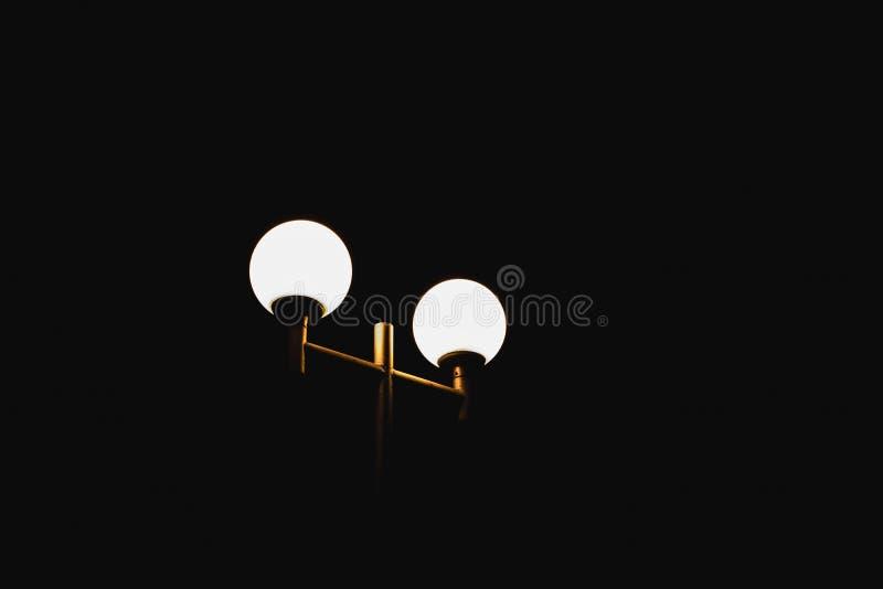 Gatalampan skiner på natten royaltyfri fotografi