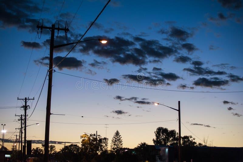 Gataljus och elektricitetspoler i blixt Ridge arkivbild