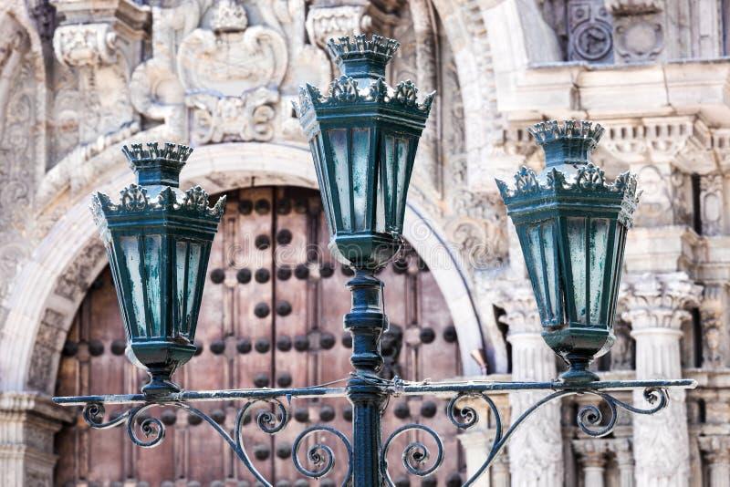 gataljus på bakgrund av den gamla kyrkan royaltyfri foto