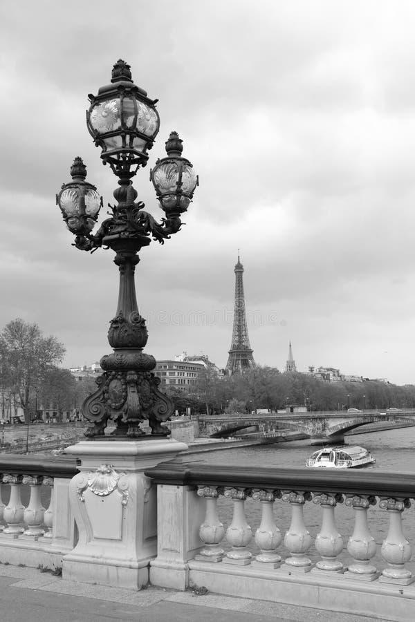 Gatalykta på den Alexandre III bron med Eiffeltorn i Paris, Frankrike, monokrom royaltyfri fotografi