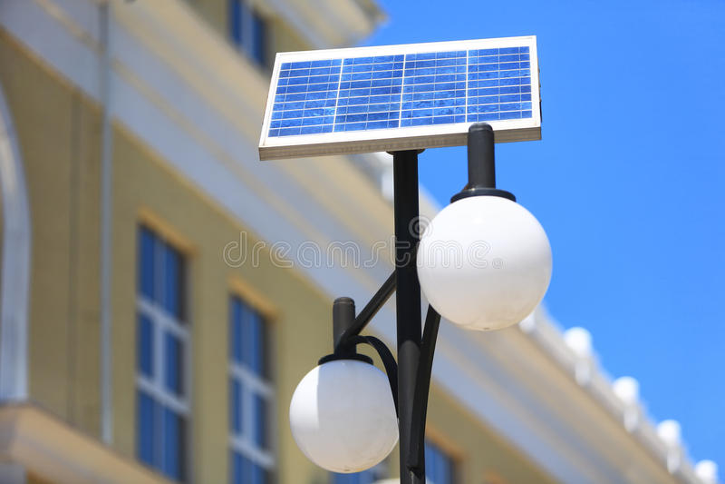 Gatalykta på det sol- batteriet arkivbilder