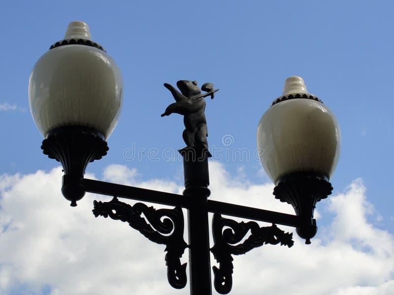 Gatalyktor med symbolet av den Yaroslavl staden på det, Ryssland royaltyfria bilder