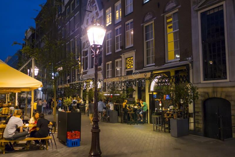 Gatalyktor på trottoarerna i Amsterdam - aftonsikt - AMSTERDAM - NEDERLÄNDERNA - JULI 20, 2017 arkivbild