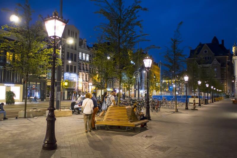 Gatalyktor på trottoarerna i Amsterdam - aftonsikt - AMSTERDAM - NEDERLÄNDERNA - JULI 20, 2017 arkivbilder