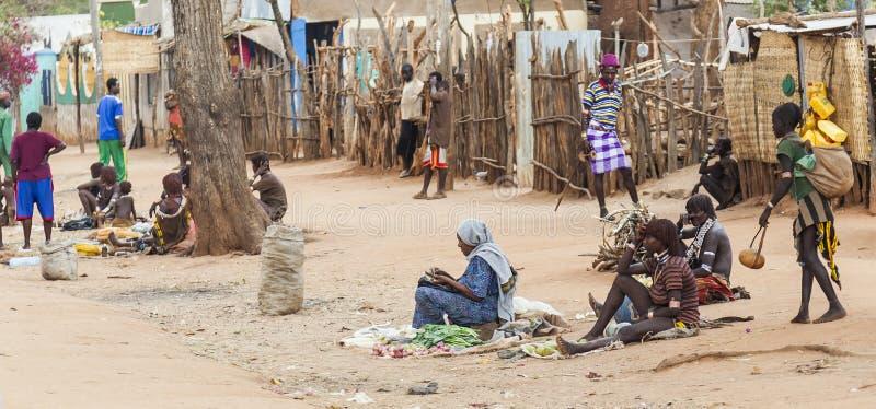 Gatamarknad i den lilla Hamer byn Dimeka Omo dal ethiopia fotografering för bildbyråer