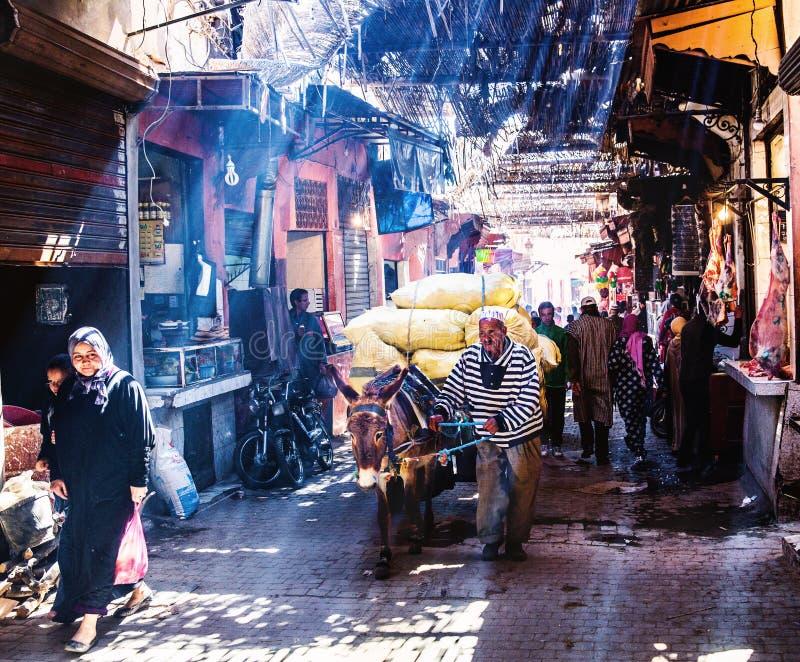 Gatamarknad i medina Marrakech royaltyfri foto